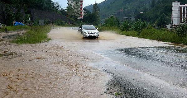 Şiddetli Yağış Nedeniyle Yollar Ulaşıma Kapandı