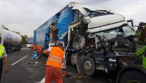 TEM'de iki tır çarpıştı uzun araç trafiğe oluştu