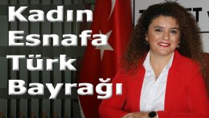 Kadın esnaflara Türk Bayrağı dağıtılıyor