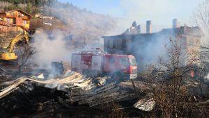 4 ev, 3 ahır ve 7 samanlık yangında kül oldu