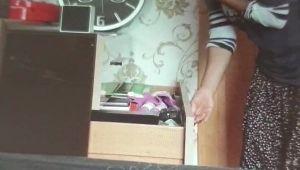 Evlerine gelen temizlikçi kamerayı farketmedi!