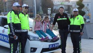 Miniklerin sevgisini Polis abileri karşılıksız bırakmadı