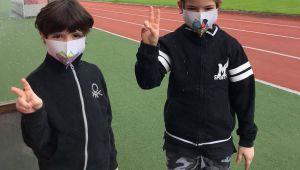 Çocuklara özel maskeler okul müdiresinden