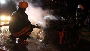 Işıklı kavşakta duran otomobil bir anda yandı