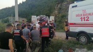 Otomobil uçuruma yuvarlandı 1'i çocuk 3 kişi yaralı